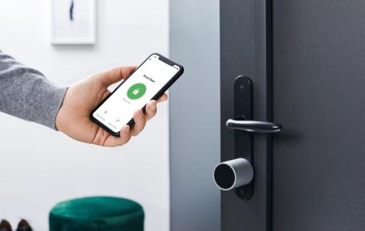 Netatmo slim deurslot met iPhone.
