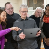 Tim Cook met iPad en augmented reality.