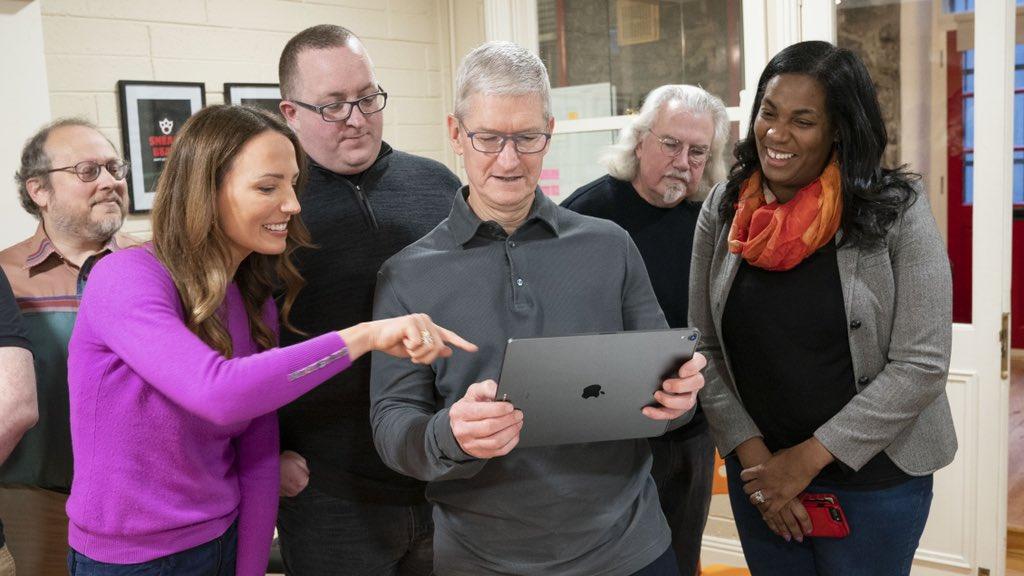 Tim Cook met iPad en augmented reality.
