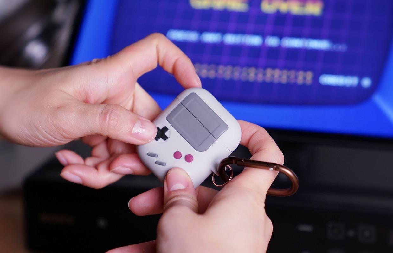 Elago AW5 AirPods hoes als een Game Boy.