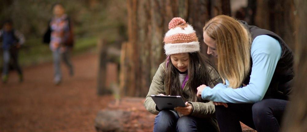 iPad: kinderen in het bos