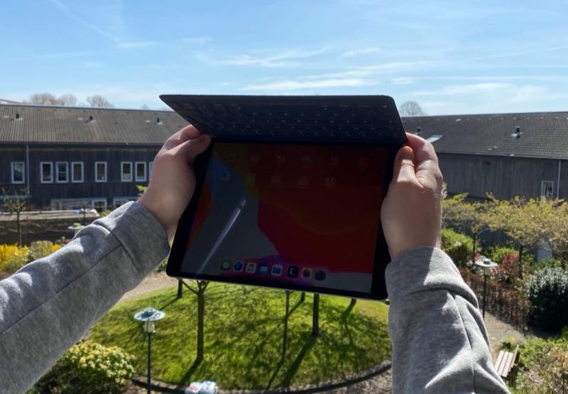 iPad in fel zonlicht: buiten met klepje van Smart Keyboard.