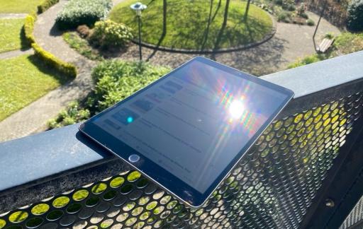 iPad in fel zonlicht met spiegelend scherm.