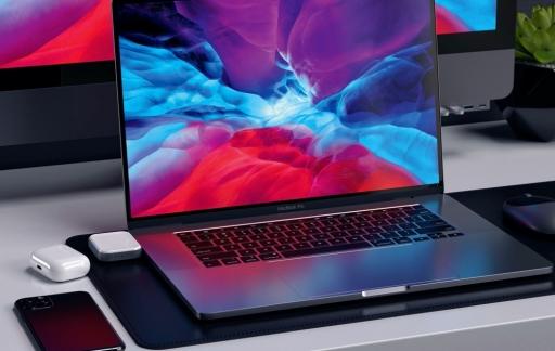 MacBook met draadloze oplaaddock voor AirPods van Satechi.