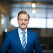Minister De Jonge wil in vier weken zelf corona-app laten maken