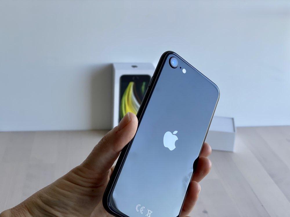 iPhone SE 2020 review: achterkant in de hand.