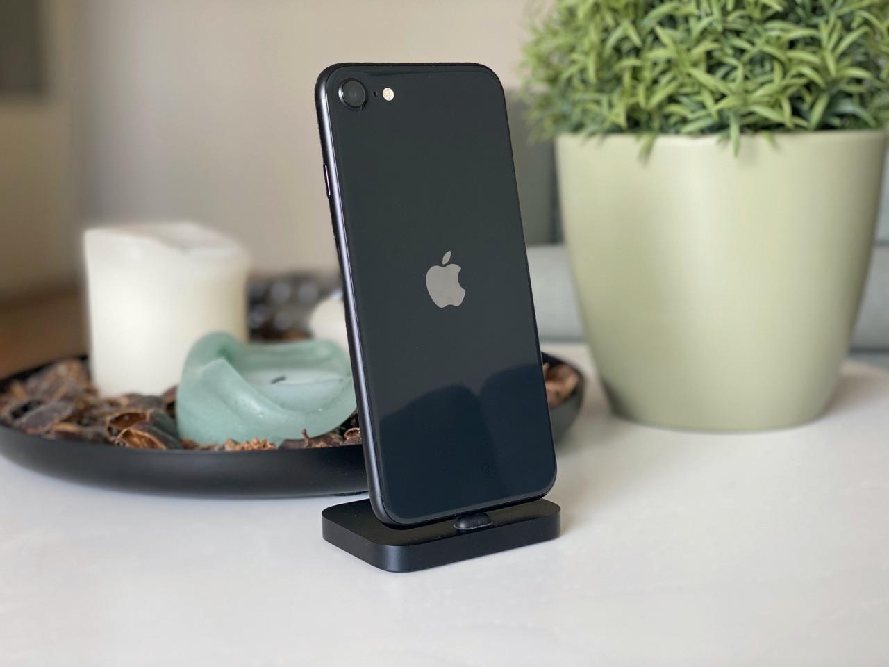 iPhone SE 2020 review achterkant in de dock.