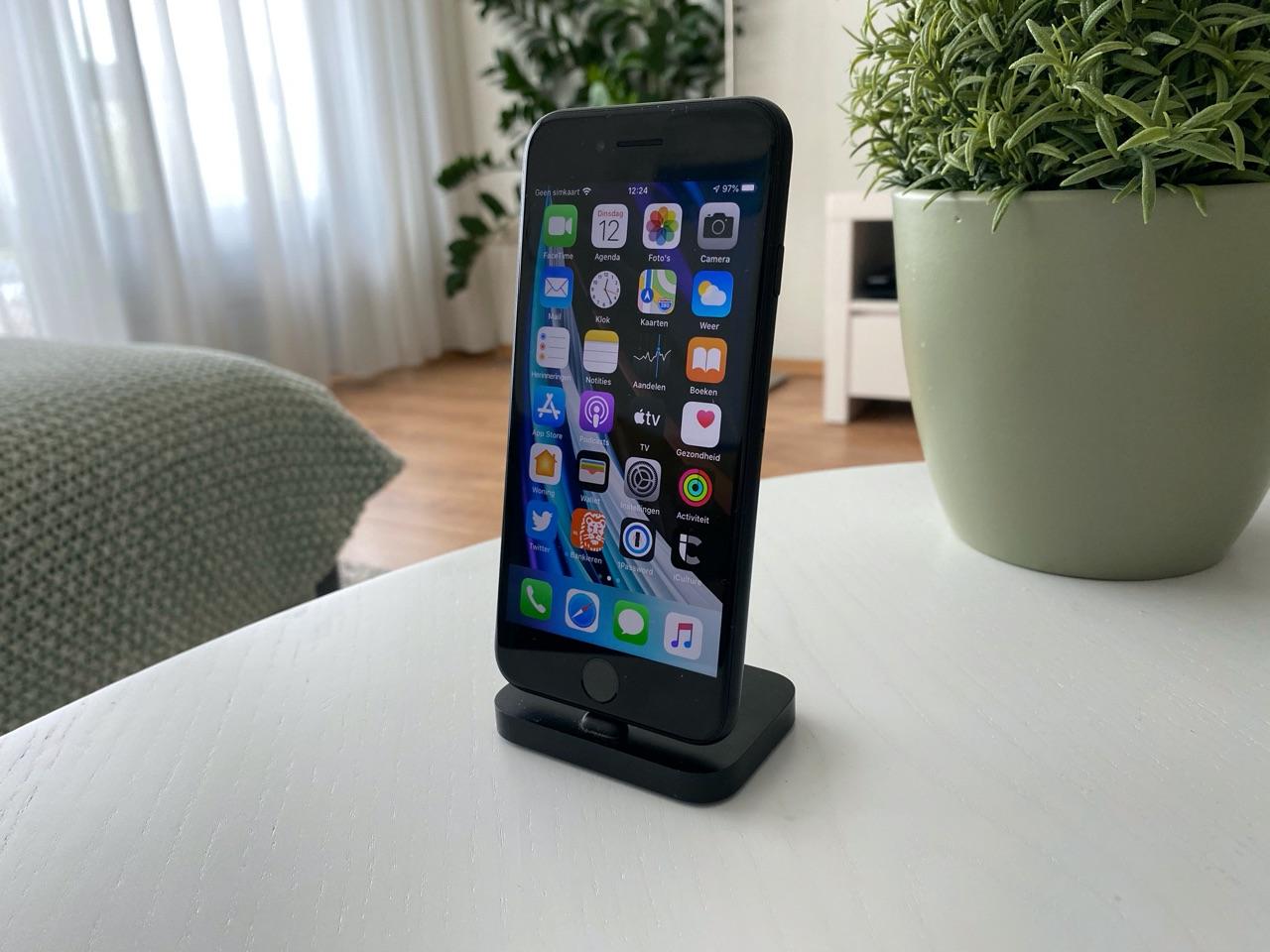 iPhone SE 2020 review: in dock met scherm.