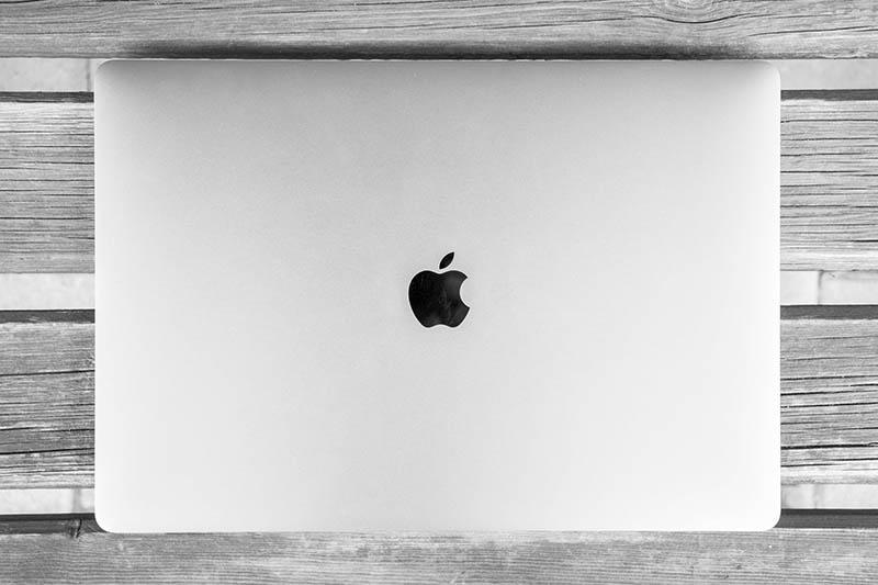MacBook op tafel