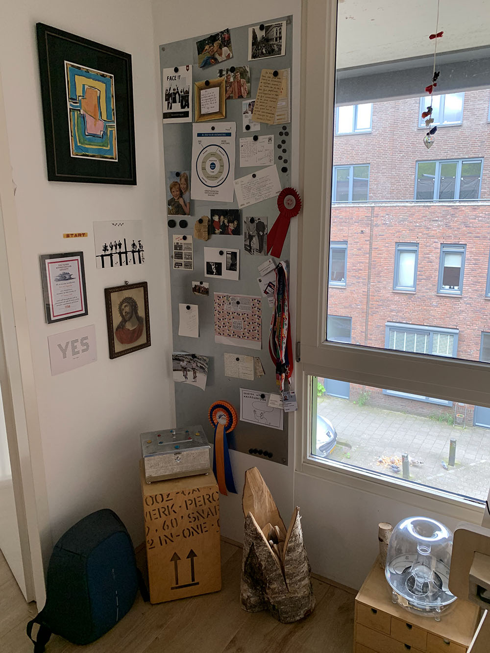 Een hoekje met prikbord in de werkkamer van Rob van Doggenaar