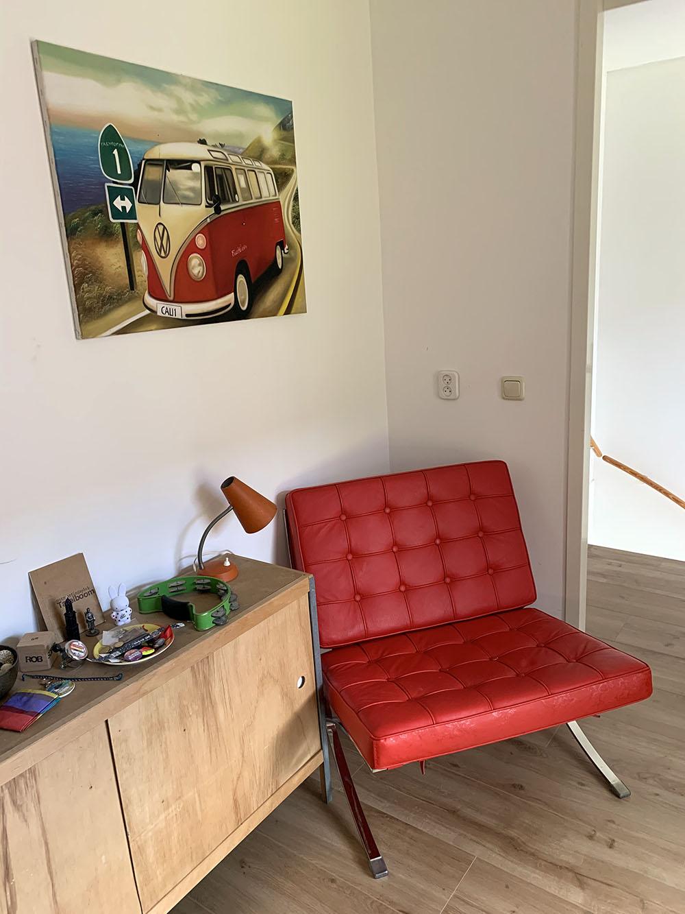 In de thuiswerkplek van Rob staat een opvallende rode stoel
