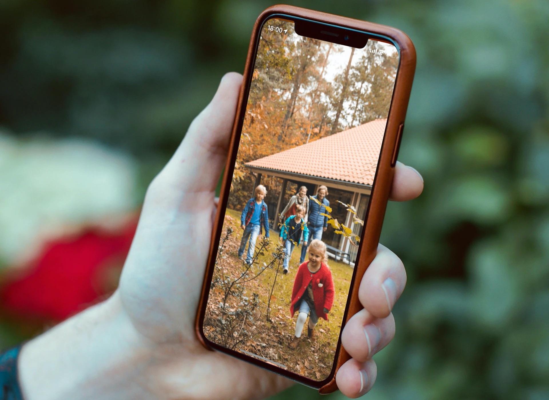 iPhone met een gezin op vakantiepark.