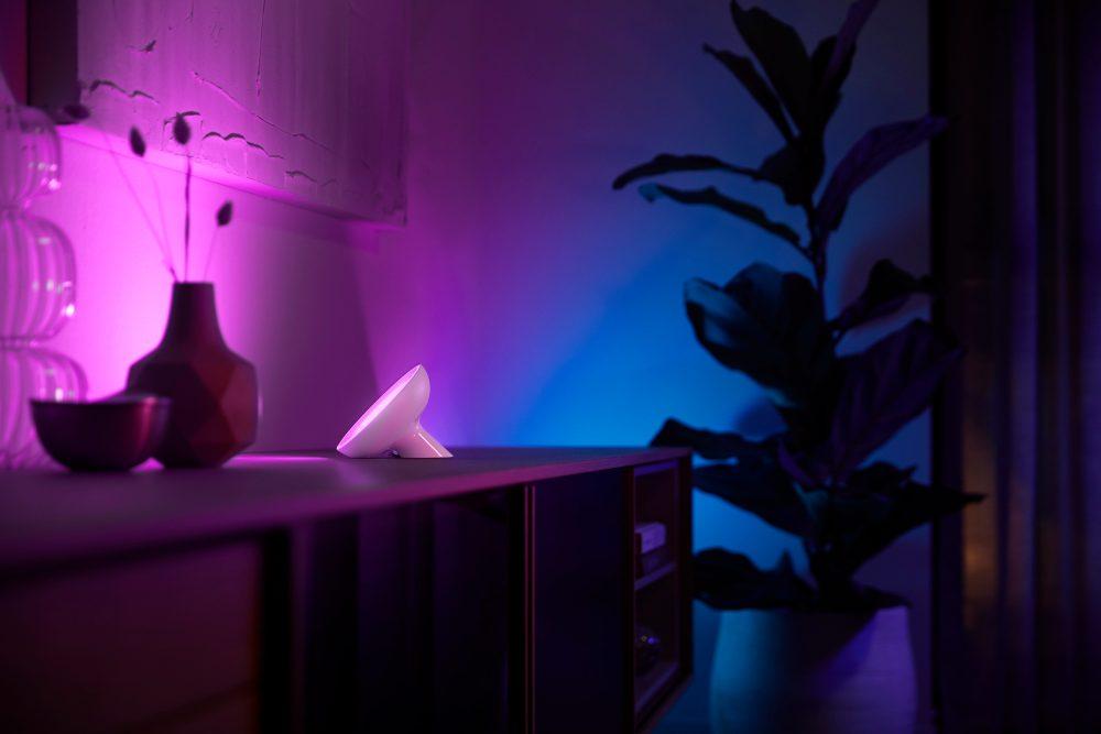 Philips Hue Bloom 2020 met meerdere kleuren op de muur.