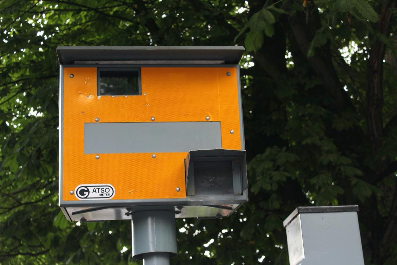 Flitspaal: flitser langs de kant van de weg.