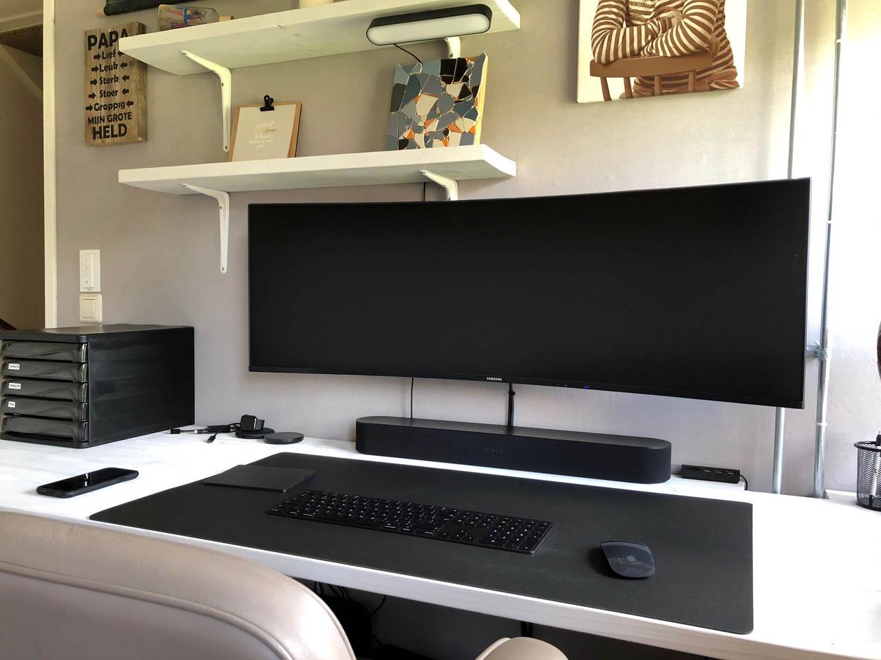 Thuiswerkplek Peter van den Heuvel: Samsung curved beeldscherm