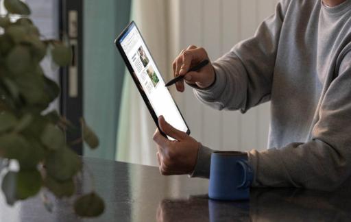 Man met Microsoft Surface en een pencil