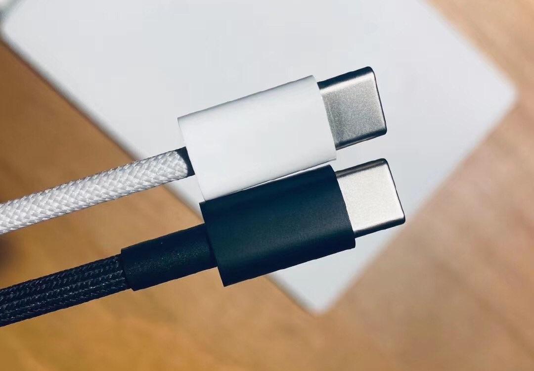 Geweven Lightning-naar-usb-c-kabel in wit en zwart.
