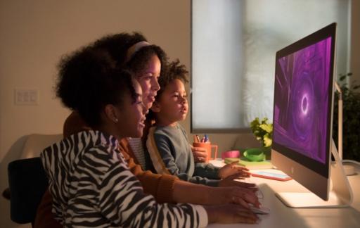 iMac 2020 met vrouw en kind