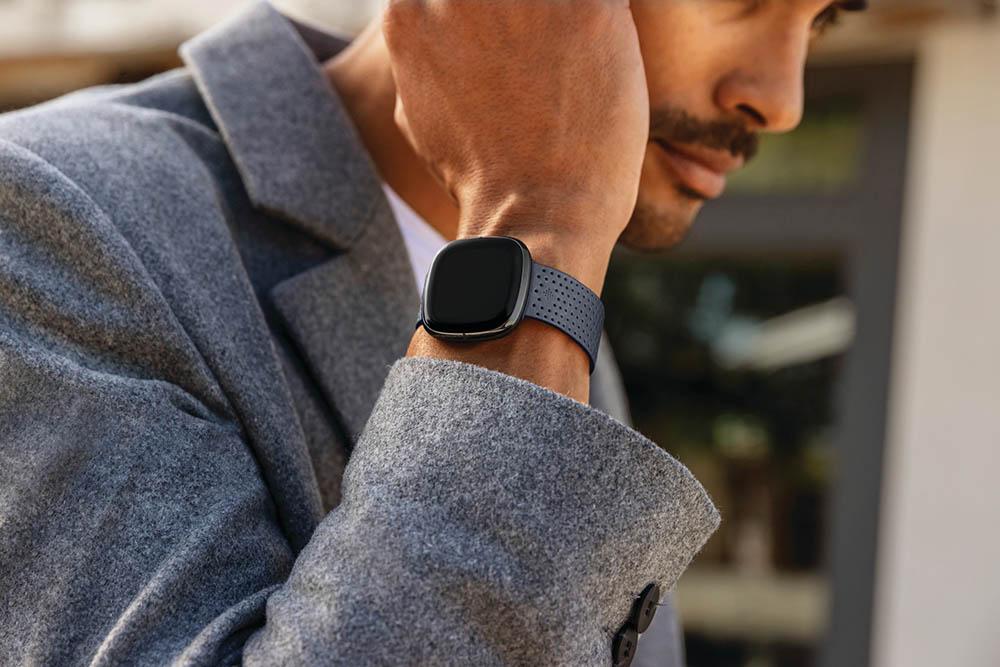 Fitbit Sense man met horloge
