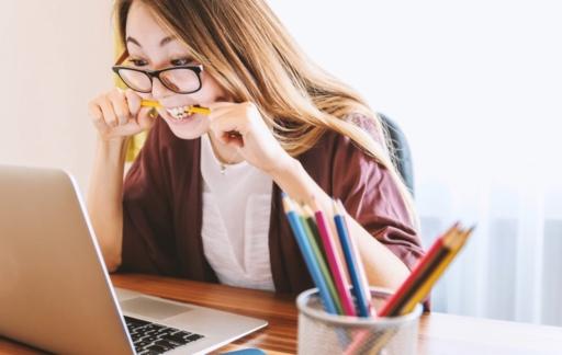 Vrouw aan het studeren met studie apps.