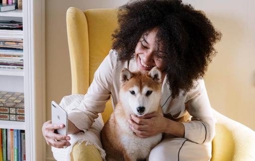 Vrouw met iPhone en hond