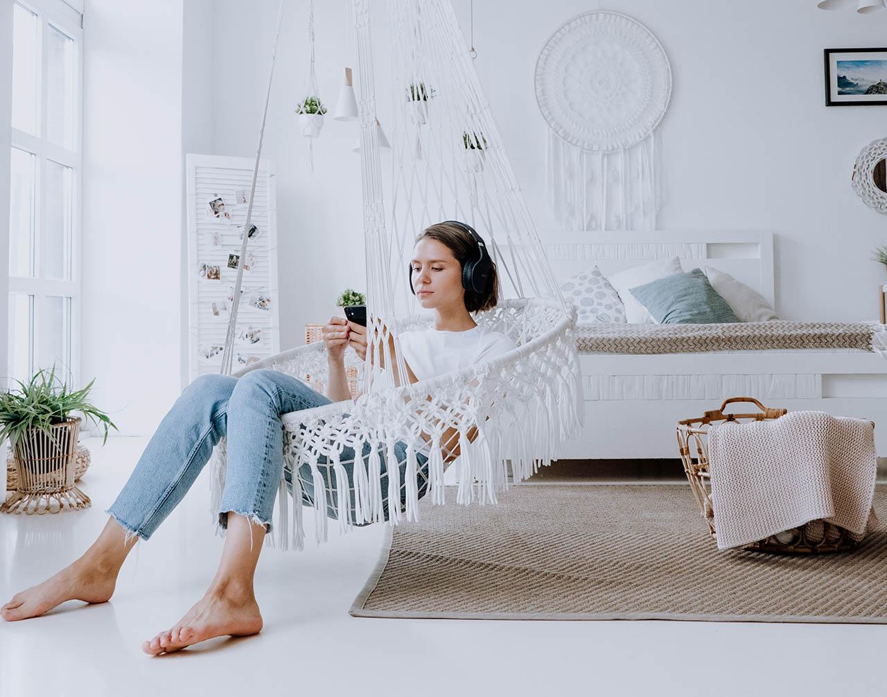 Vrouw in hangmat met iPhone
