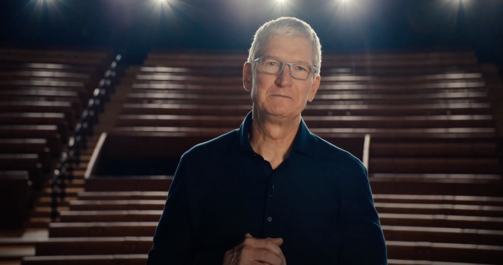 Tim Cook in leeg Steve Jobs Theater voor de tribune.