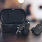 Bose QuietComfort Earbuds met oplaadcase.