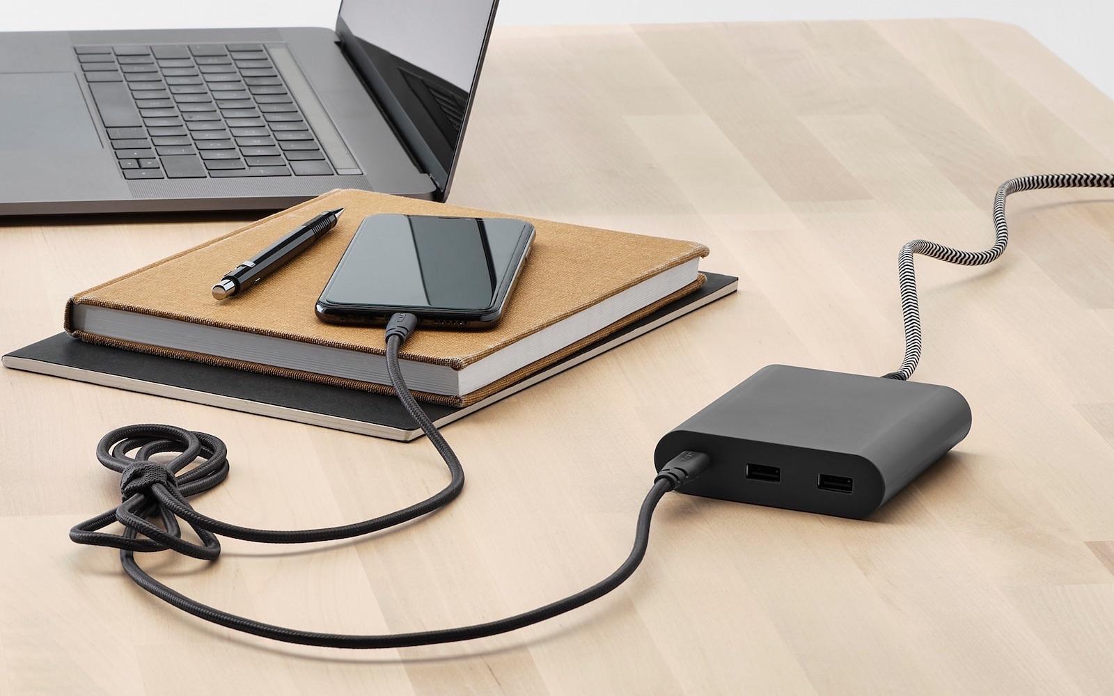 IKEA LILLHULT usb-c-naar-lightning kabel op een bureau.
