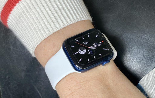 Apple Watch Series 6 met wit bandje