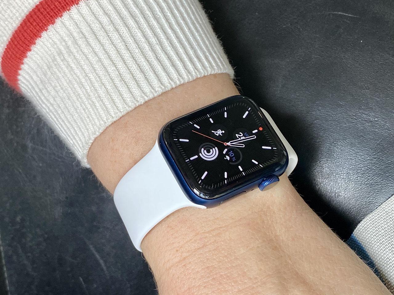 Apple Watch Series 6 met wit bandje