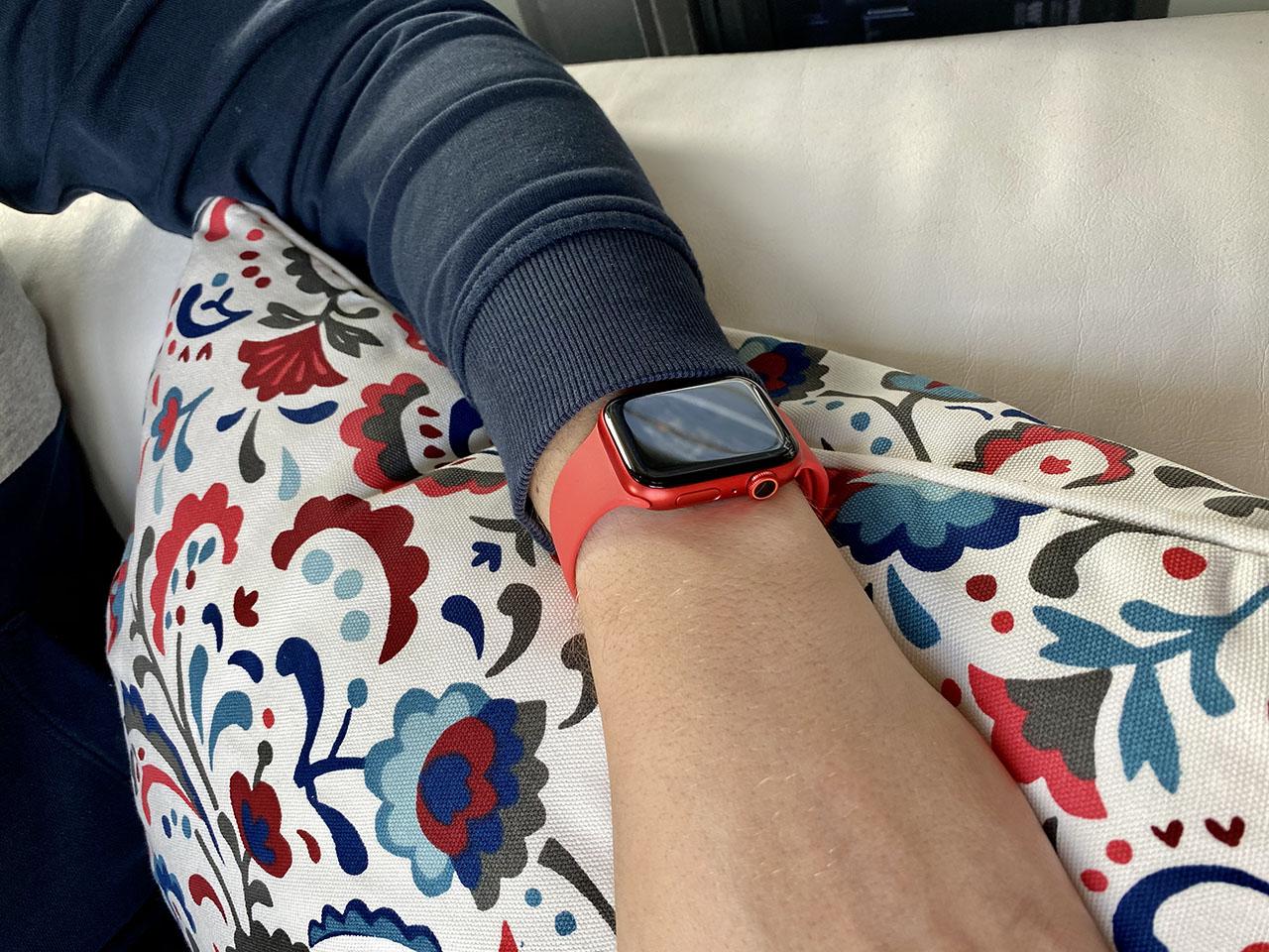 Apple Watch Series 6 in rood tijdens het dragen