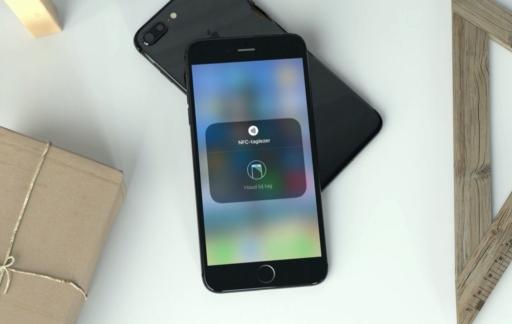 iPhone met NFC-taglezer in Bedieningspaneel.