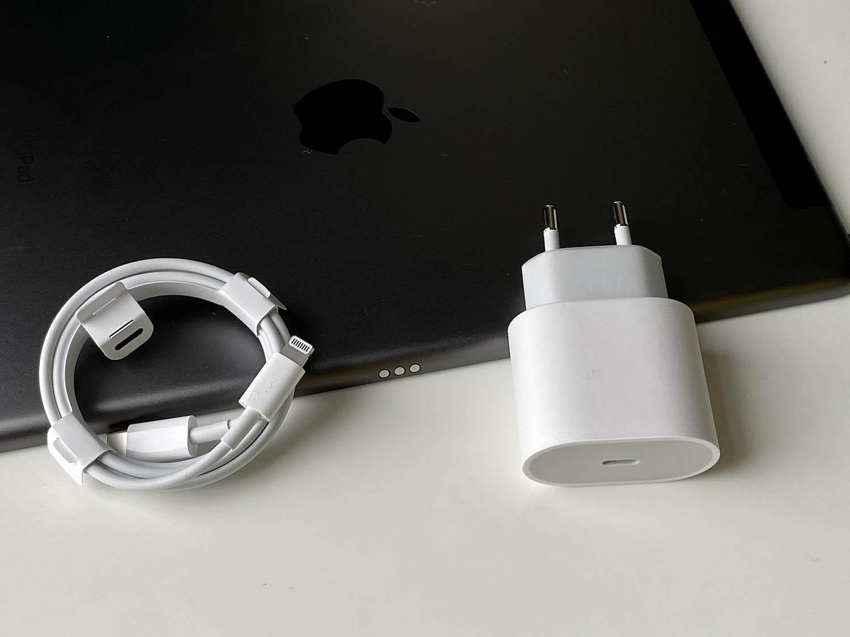 iPad 2020 review: 20 Watt adapter meegeleverd, altijd handig
