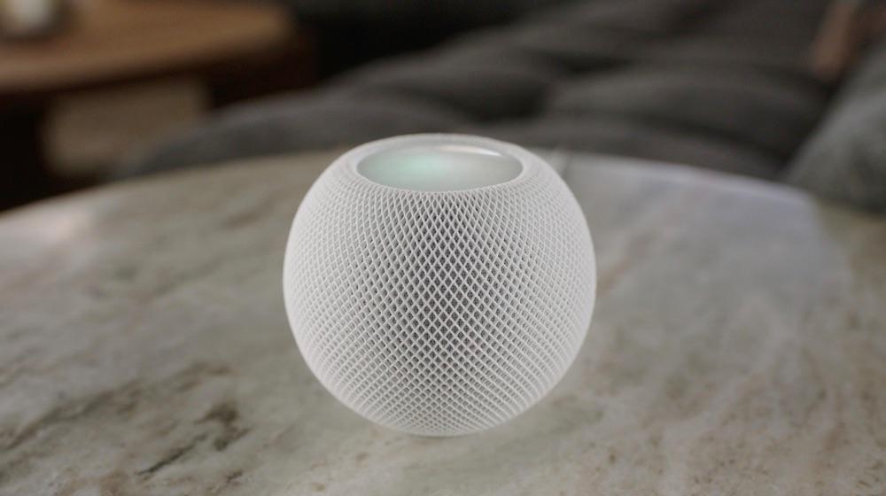 HomePod mini in wit op tafel.