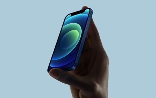 iPhone 12 mini in de hand.