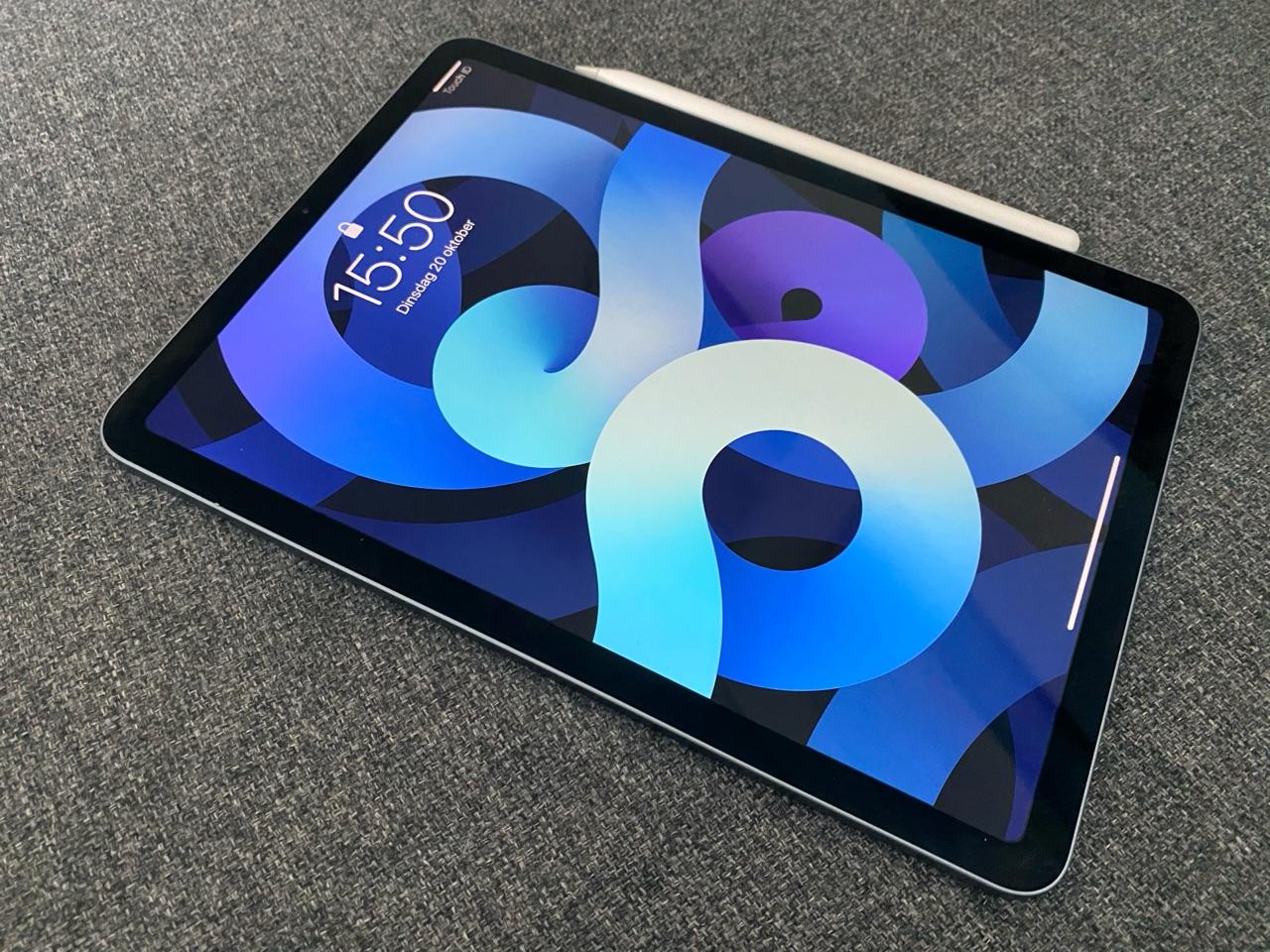 iPad Air 2020 review liggend met Apple Pencil.