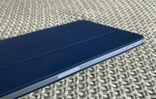 iPad Air 2020 met Smart Folio case in blauw.