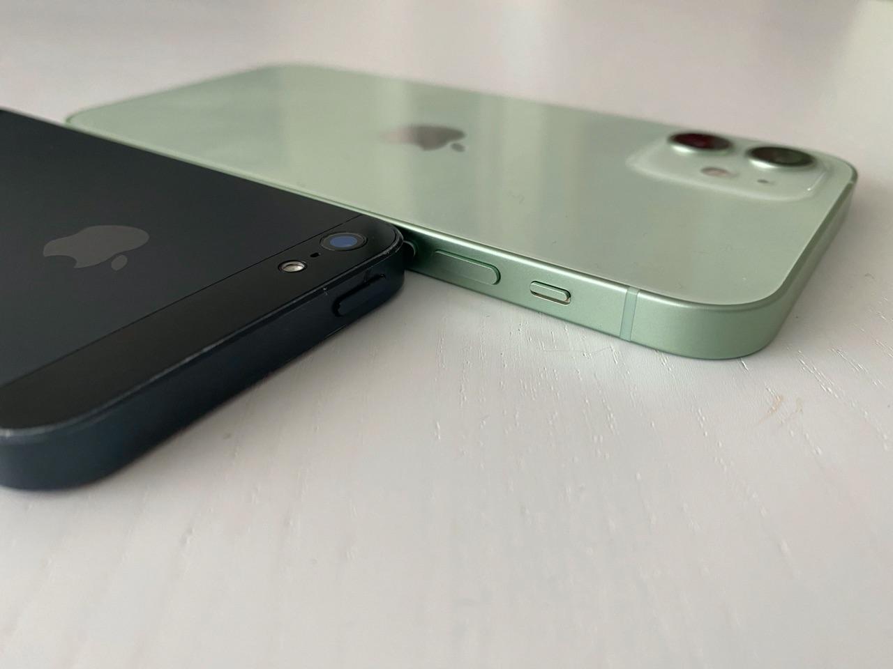 iPhone 12 review: zijkant met verschil met iPhone 5.