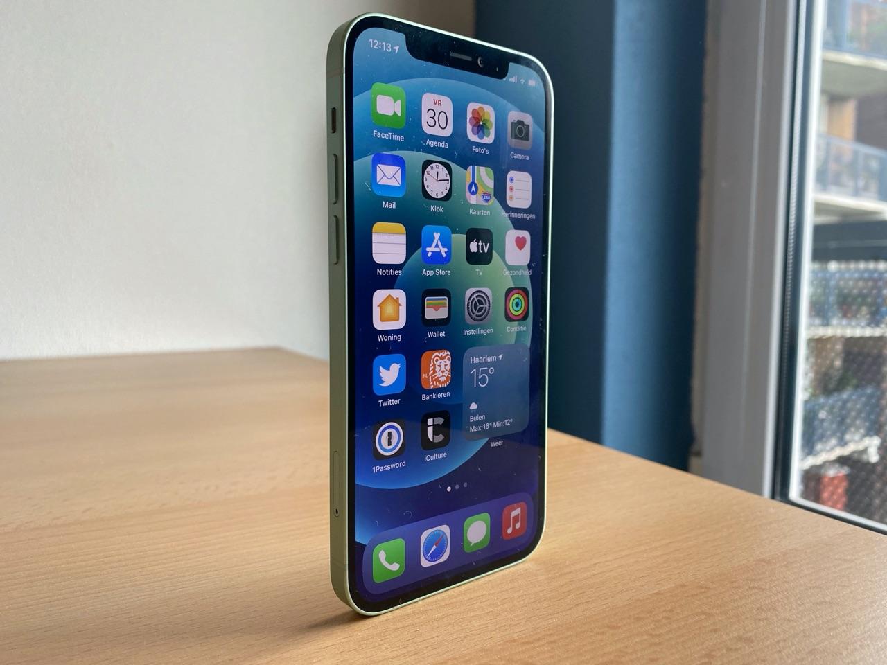 iPhone 12 review: staand met scherm aan.