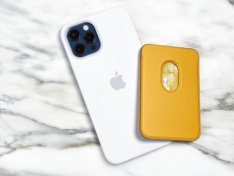 Gat achterin de Leren kaarthouder voor iPhone 12