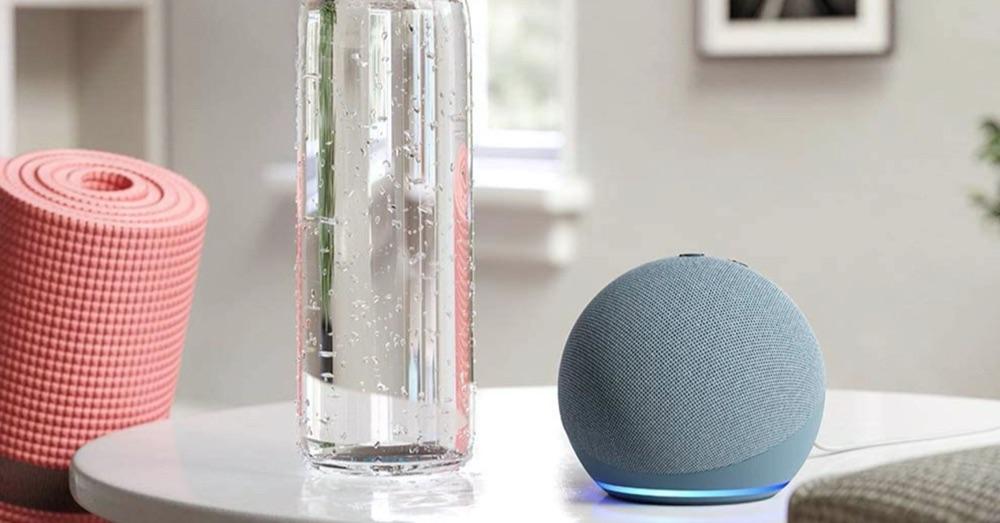 Amazon Echo Dot 2020 op tafel.
