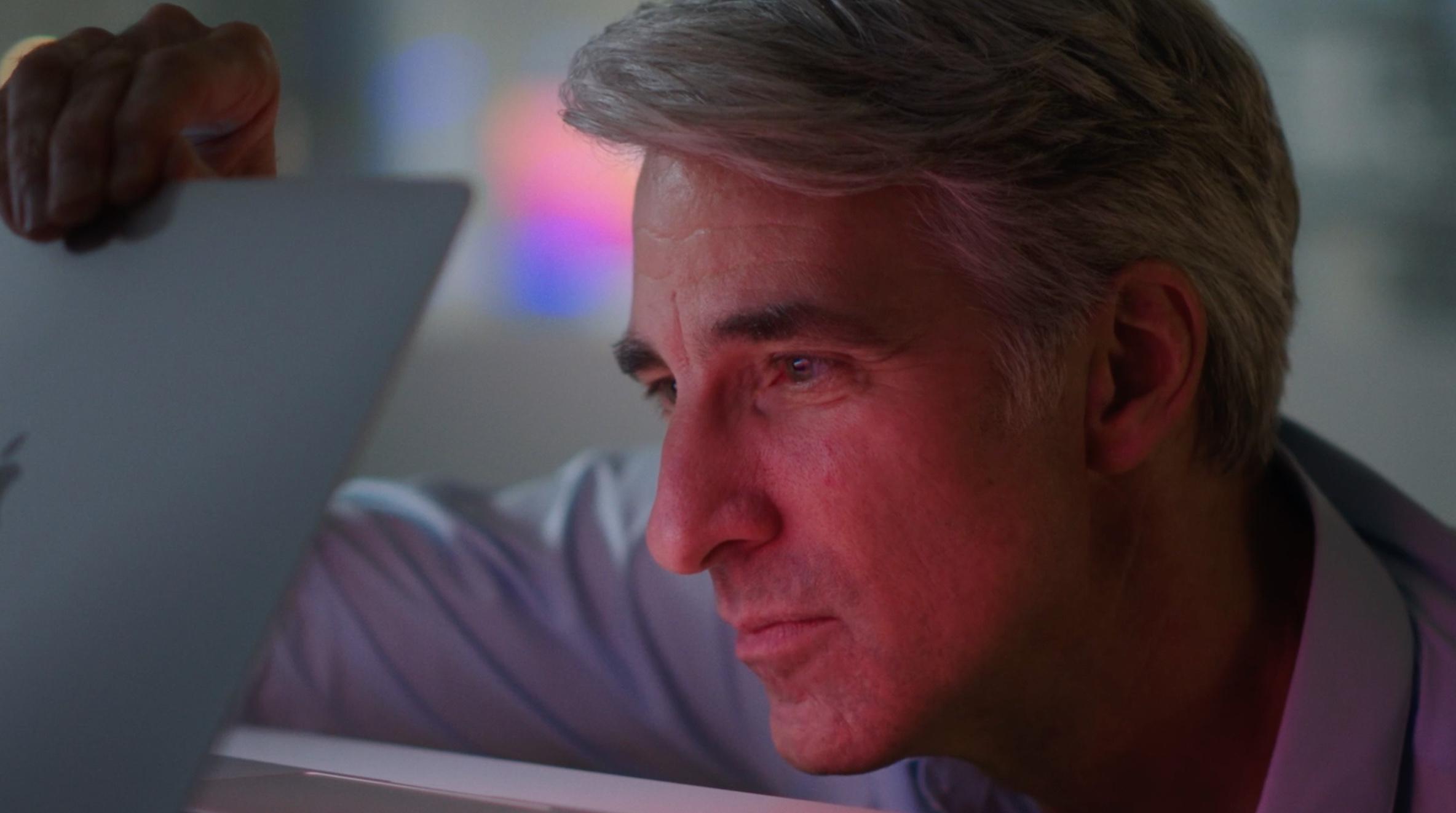 Craig Federighi met MacBook
