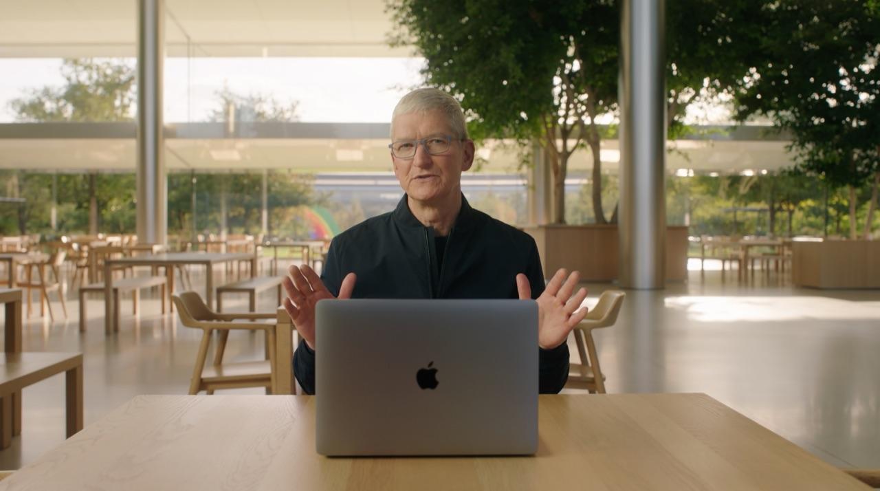 Tim Cook met MacBook in Apple Park
