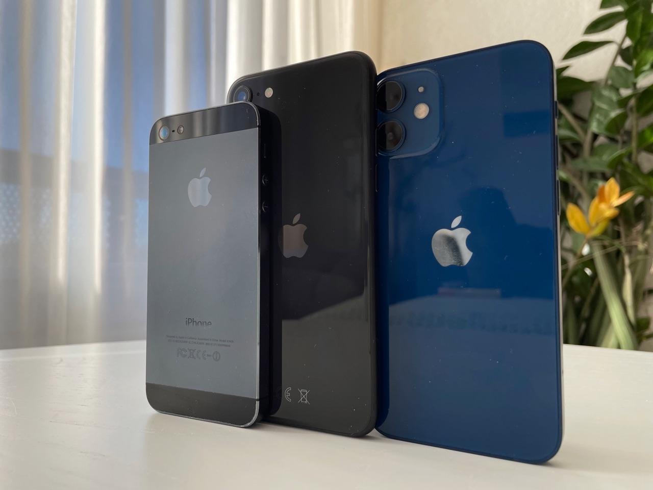 Rijtje voor iPhone 12 mini review met iPhone 5 en iPhone SE 2020.