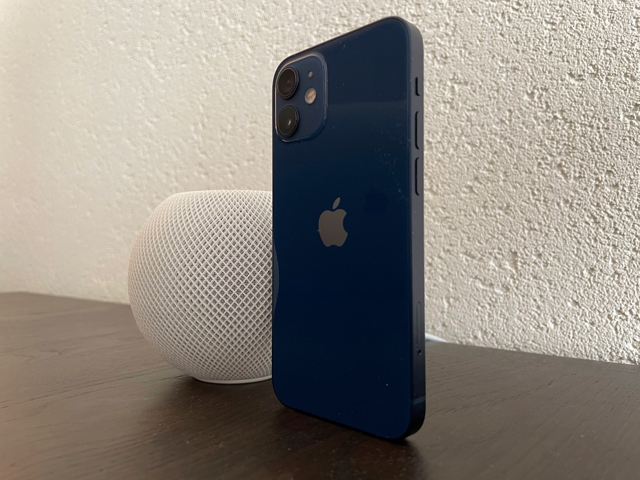 iPhone 12 mini review met HomePod mini.