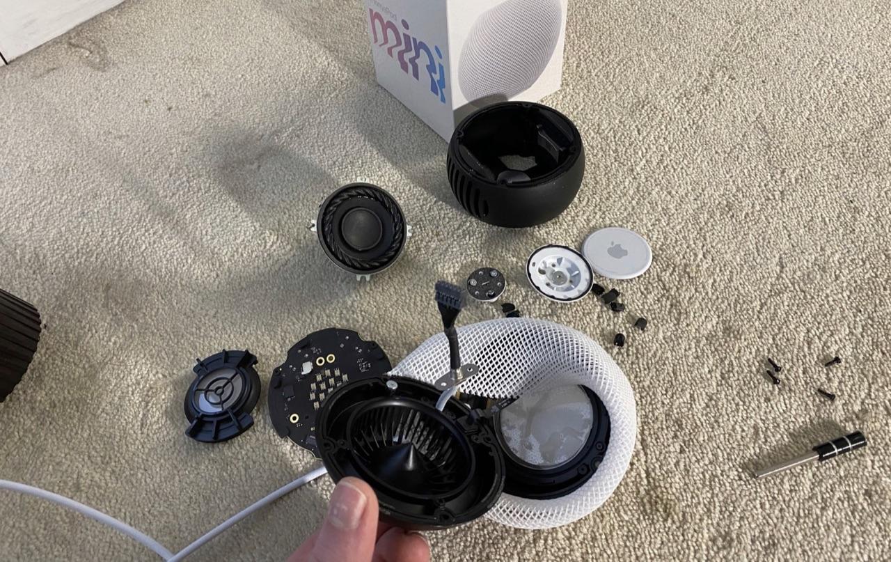 HomePod mini teardown met kabel.