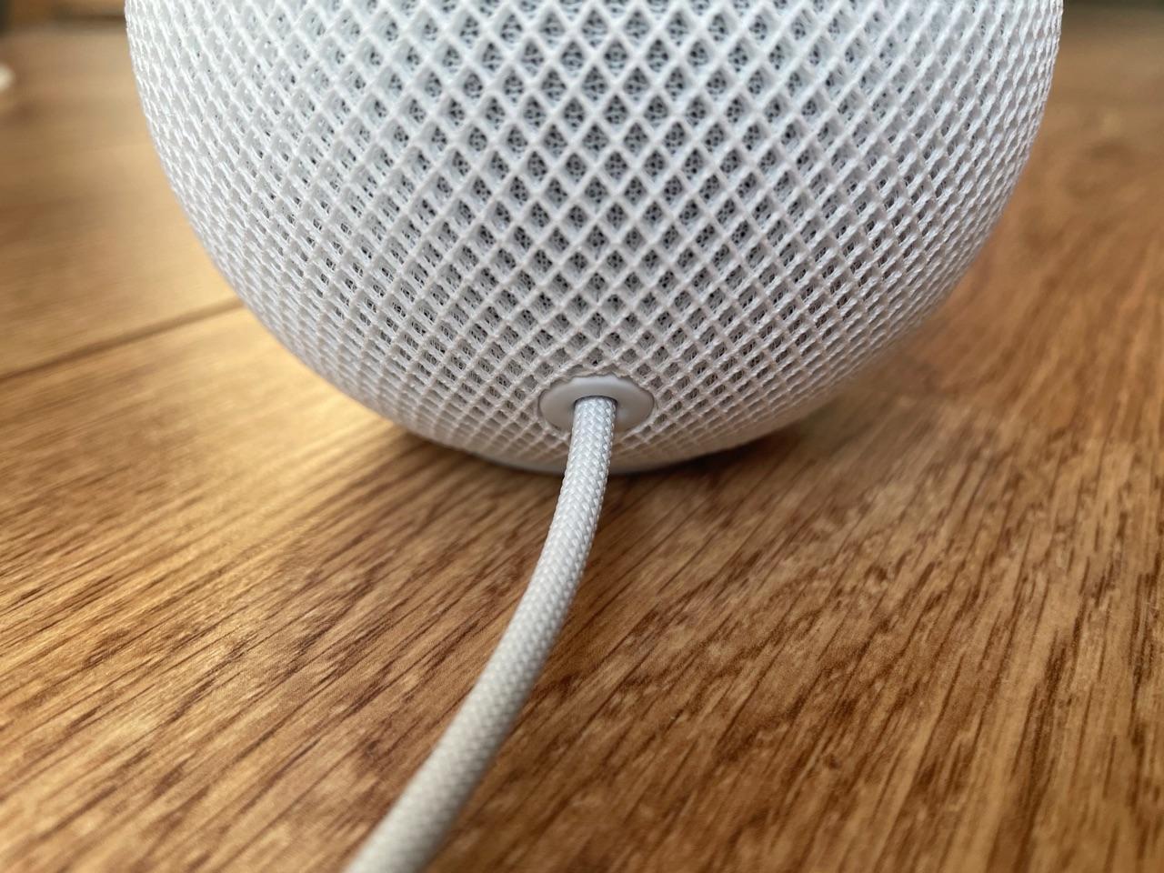 HomePod mini review kabel aan de achterkant.