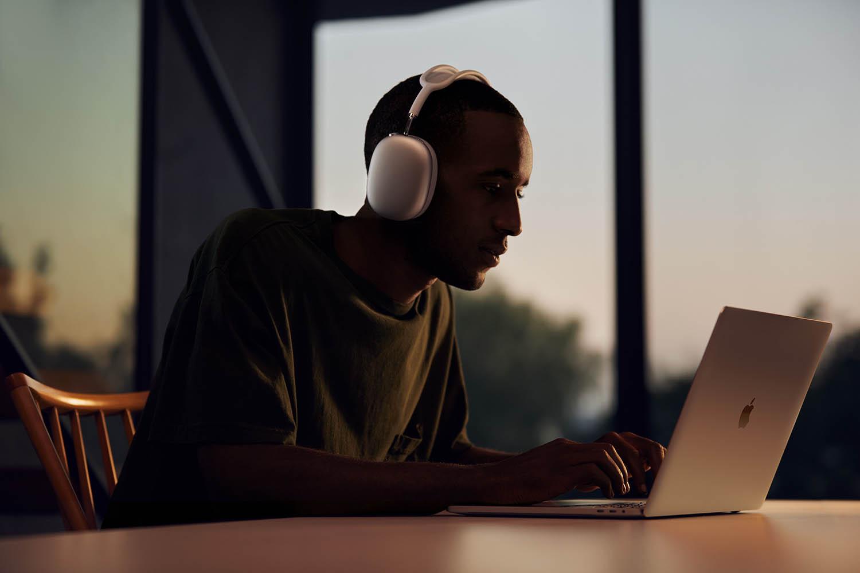 Apple AirPods Max man