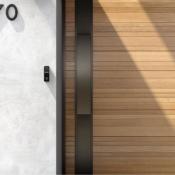 Logitech Circle View Doorbell aan de muur.